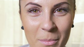 Zakończenie robi śmiesznym twarzom pocieszna młoda kobieta zbiory wideo
