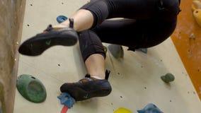 Zakończenie rockowy pięcie na ścianie w gym młoda kobieta zbiory wideo