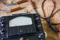 Zakończenie rocznika antyczny voltmeter fotografia royalty free