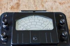 Zakończenie rocznika antyczny voltmeter zdjęcie royalty free