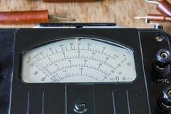 Zakończenie rocznika antyczny voltmeter obraz stock