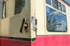 Zakończenie rozpieczętowany drzwi na pierwszorzędnym pasażerze, korytarza pociąg od Parowego wieka Zdjęcie Royalty Free