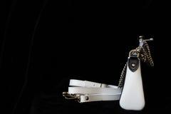 Zakończenie rzemienna torebka, zawsze klasyczna kombinacja, czarny i biały kolor z patką i łańcuch, depresja klucz Dla nowożytneg zdjęcie royalty free
