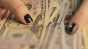 Zakończenie s bizneswomanu ` ręki Dziewczyna rozważa dolary Młoda dziewczyna z czarnym manicure'em rozważa zbiory