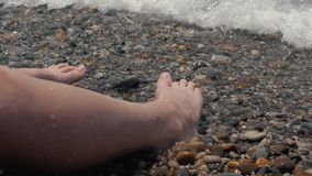 Zakończenie s dziecka ` nogi przytłacza fala Otoczaka morza plaży morza hałaśliwie fala na dziecka ` s iść na piechotę zbiory wideo