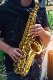 Zakończenie saksofonowego gracza ` s up wręcza bawić się jazzową muzykę Obraz Stock