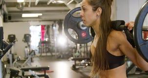 Zakończenie silna kobieta robi kucnięcie treningowi z ciężkimi ciężarami zbiory wideo