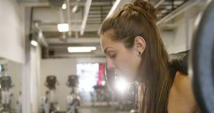 Zakończenie silna kobieta robi kucnięcie treningowi z ciężkimi ciężarami zbiory
