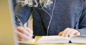 Zakończenie skupiający się żeński uczeń pracuje w szkolnej bibliotece zbiory