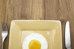 Zakończenie smażący jajko na talerzu Zdjęcie Royalty Free