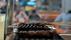 Zakończenie smażyć kawałki mięso w grillu na drewnianych kijach kuchnia azjatykcia zbiory