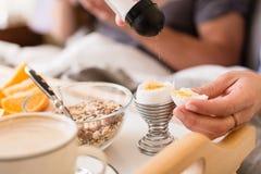 Zakończenie solankowy potrząsacz nad miękka część gotował się jajko zdjęcie stock