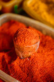 Zakończenie Sproszkowany Cayenne Lub Gorący Chili pieprz Na sprzedaży Przy wschodu rynkiem, Obraz Stock