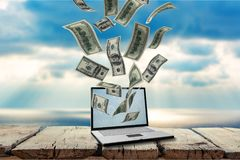 Zakończenie srebny laptop z pieniądze dalej Obraz Stock