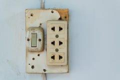 Zakończenie stara nasadka, elektryczny ujście na ścianie Obrazy Stock