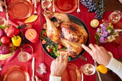 Zakończenie starego człowieka porcja piec indyka na stołowym tle Dziękczynienie gość restauracji Tradycyjny świąteczny karmowy po obraz stock
