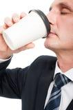 Zakończenie starszy elegancki mężczyzna pije takeaway kawę obrazy stock