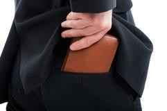 Zakończenie stawia jego portfel w plecy kieszeni mężczyzna zdjęcia royalty free