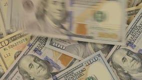 Zakończenie sto dolarowych rachunków przy stołem Notatki dolara spadek na stole Odgórny widok zbiory wideo