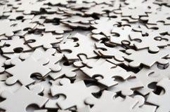 Zakończenie stos uncompleted elementy biała łamigłówka Ogromna liczba prostokątni kawałki od jeden wielkiej białej mozaiki obrazy stock