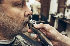 Zakończenie strony profilu widoku portret przystojny starszy brodaty caucasian mężczyzna dostaje brodę przygotowywa w nowożytnym  Obraz Royalty Free