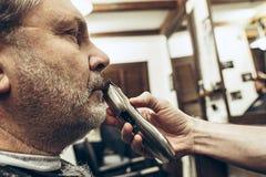 Zakończenie strony profilu widoku portret przystojny starszy brodaty caucasian mężczyzna dostaje brodę przygotowywa w nowożytnym  Fotografia Royalty Free