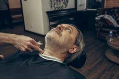 Zakończenie strony profilu widoku portret przystojny starszy brodaty caucasian mężczyzna dostaje brodę przygotowywa w nowożytnym  Fotografia Stock