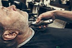 Zakończenie strony profilu widoku portret przystojny starszy brodaty caucasian mężczyzna dostaje brodę przygotowywa w nowożytnym  Zdjęcia Royalty Free