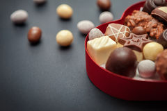 Zakończenie strzał czekoladowi pralines w serce kształtującym pudełku Zdjęcia Royalty Free