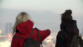 Zakończenie strzał kobiety próbuje znajdować znajomego miejsce w wielkim widoku zdjęcie wideo