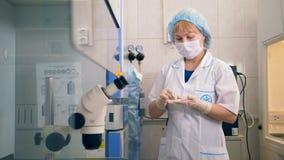 Zakończenie strzał naukowa testowanie próbki, pracuje z mikroskopem w laboratorium zdjęcie wideo