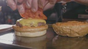 Zakończenie strzał szefa kuchni ` s wręcza przygotowywać hamburger z wołowina serem i rissole zbiory