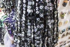 Zakończenie strzelał czarny koralik będący ubranym przeciw złemu oku w tureckim bazarze dla wiele tradycyjnych antycznych wiar obrazy royalty free