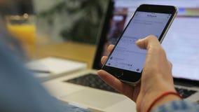 Zakończenie strzelał młoda kobieta używa smartphone, przyglądające fotografie na telefonie komórkowym, zamach up zbiory