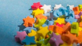 Zakończenie stubarwna gwiazda kształtuje na błękitnym papierze Obraz Royalty Free