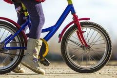 Zakończenie szczegół małej dziewczynki dziecka cieki na dziecko bicyklu Fotografia Stock