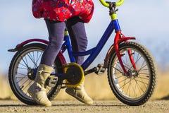 Zakończenie szczegół małej dziewczynki dziecka cieki na dziecko bicyklu Zdjęcia Stock
