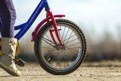 Zakończenie szczegół małej dziewczynki dziecka cieki na dziecko bicyklu Obrazy Stock
