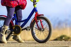 Zakończenie szczegół małej dziewczynki dziecka cieki na dziecko bicyklu Zdjęcie Stock