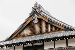Zakończenie szczegółu up dach Edo okresu architektury styl z liśćmi mniej drzewa w Noboribetsu daty JIdaimura Historycznej wiosce fotografia stock