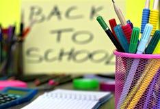 Zakończenie szkolne dostawy z z powrotem szkoły tło obrazy royalty free