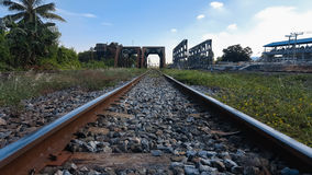 Zakończenie sztachetowej drogi ślad, Taborowi ślada, kolejowy most Obrazy Stock