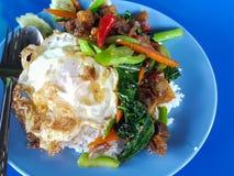 Zakończenie, Tajlandzki jedzenie: smażący kale z crispy wieprzowiny jajkiem Obrazy Royalty Free