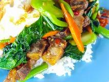 Zakończenie, Tajlandzki jedzenie: smażący kale z crispy wieprzowiny jajkiem Zdjęcia Stock