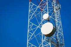 Zakończenie telekomunikacje góruje z błękita jasnego niebem Zdjęcia Stock