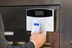 Zakończenie Trzyma Keycard Dla systemu bezpieczeństwa biznesmen Zdjęcie Royalty Free