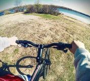 Zakończenie trzyma kierownicę rowerzysta ręka zdjęcia stock