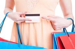 Zakończenie trzyma kredytową kartę i wskazuje na nim kobieta Fotografia Royalty Free
