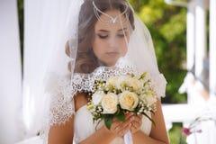 Zakończenie twarz piękna przygotowywająca dziewczyna z zdrową czystą skórą zakrywającą z białą przesłoną, balatika włosy obraz stock