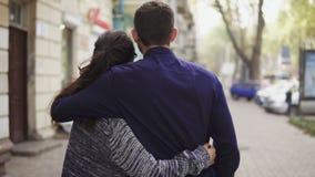 Zakończenie tylny widok młody piękny pary odprowadzenie w ulicznym obejmowaniu each opowiadać i inny także daktylowa galeria mój  zdjęcie wideo